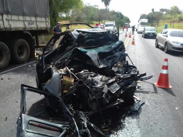 Carro ficou totalmente destruído após a batida (Foto: Polícia Rodoviária Federal / Divulgação)