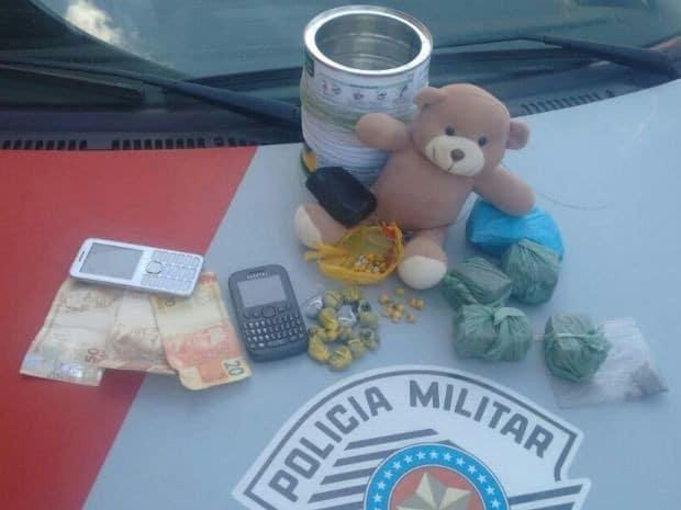 Droga foi encontrada dentro de urso de pelúcia (Foto: Polícia Militar/Divulgação)