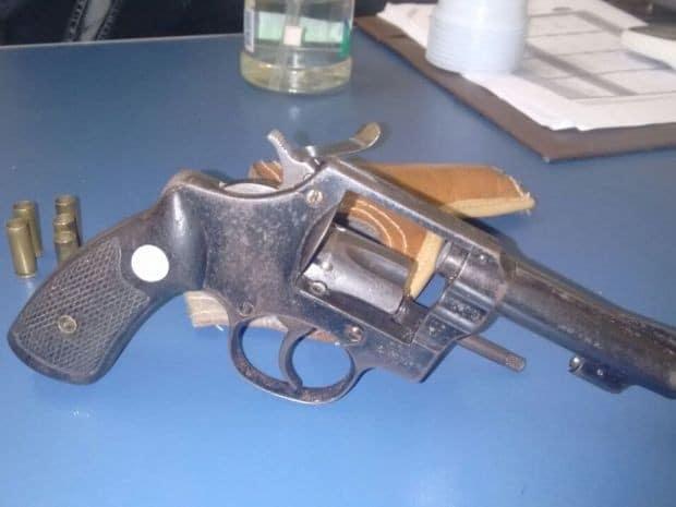 Revólver calibre 32 foi apreendido com cinco cartuchos deflagrados (Foto: I7 Notícias/Divulgação)