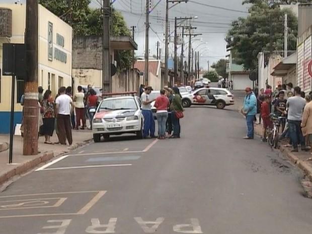 Revoltados, moradores se concentraram em frente à delegacia (Foto: Reprodução / TV TEM)