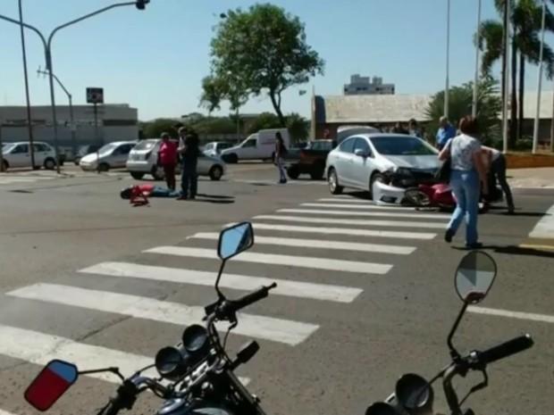Carro e moto bateram de frente no cruzamento das vias em Marília (Foto: TV TEM/Reprodução)