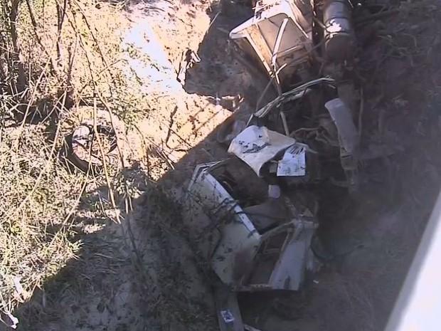 Caminhão caiu de ponte em Rosália (Foto: TV TEM/Reprodução)
