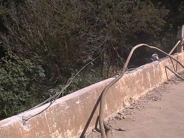 Veículo bateu na ponte e chegou a arrancar a proteção do local (Foto: TV TEM/Reprodução)