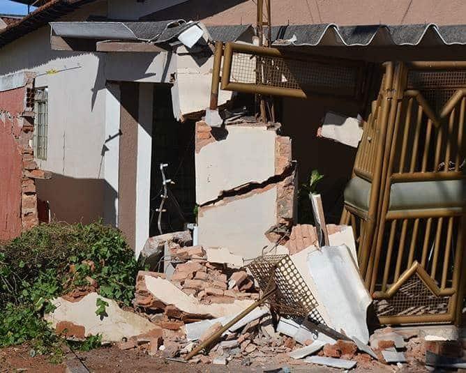 Muro e portão ficaram destruídos (Foto: Diego Pereira/Mais Tupã/Divulgação)