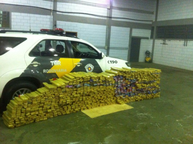 Mais de mil tijolos da droga foi encontrado no veículo (Foto: Divulgação/Polícia Rodoviária)