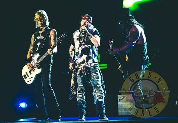 Integrantes da formação clássica do Gun N' Roses (a partir da esquerda): Duff McKagan (baixo), Axl Rose (vocal) e Slash (guitarra), em show em Washington, nos Estados Unidos, em 26 de junho de 2016 (Foto: Divulgação)