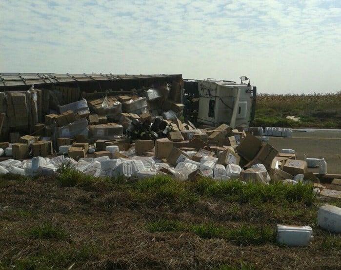 Motorista perde controle e caminhão com produtos químicos tomba entre Assis e Florínea (Foto: Sidney Fernandes)