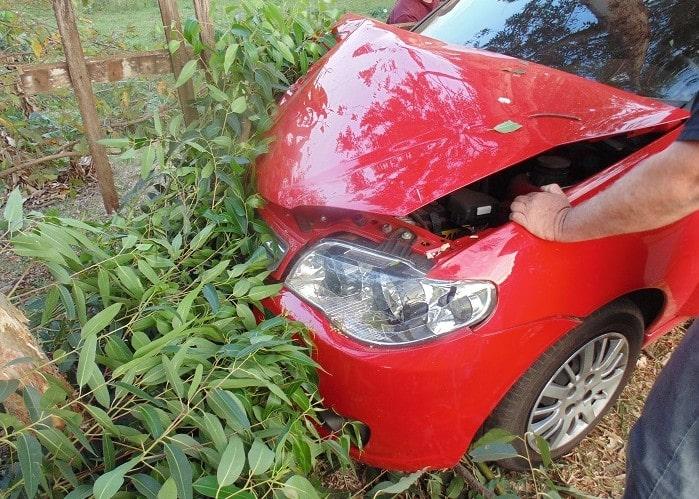 Motorista perde controle em curva e colide contra árvore no Parque Universitário (Foto: Diego Di Paula/AssisNews)