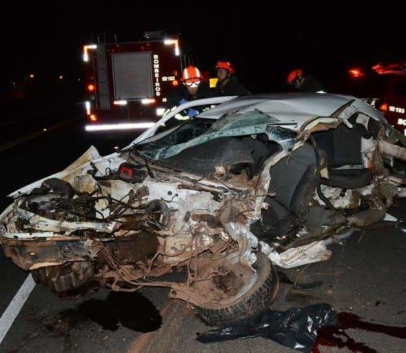 Motorista e passageira morreram no local do acidente (Foto: TV TEM/Reprodução)