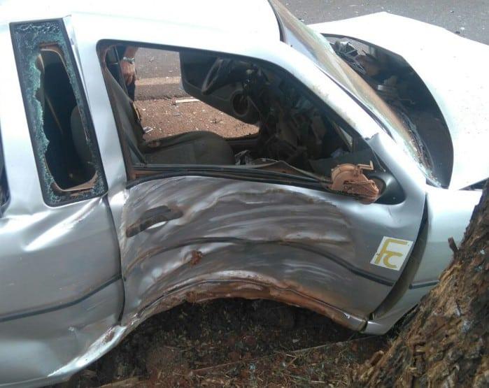 Carro foi atingido na lateral (Foto: Polícia Militar/Divulgação)