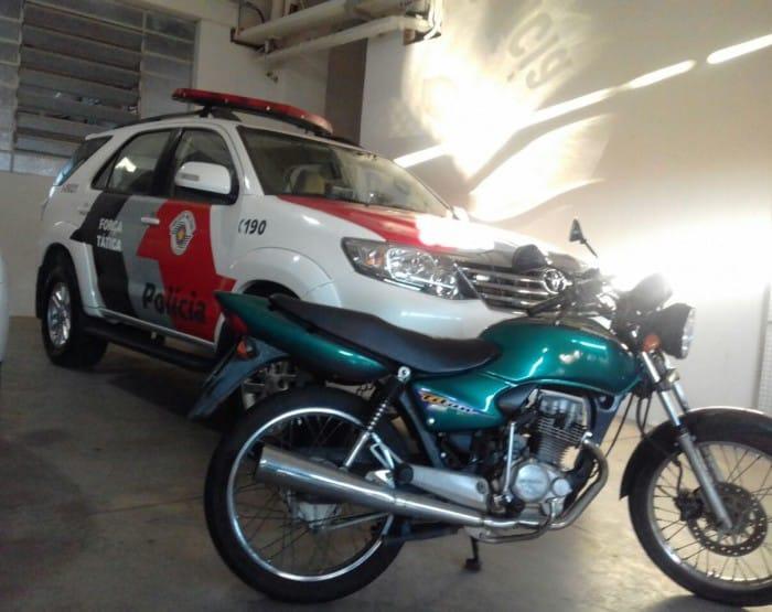 Moto foi encontrada na casa da adolescente (Foto: Força Tática da Polícia Militar/Divulgação)