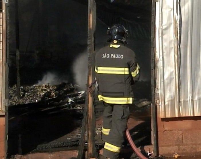 Bombeiros trabalharam para conter as chamas (Foto: Reprodução / TV TEM)