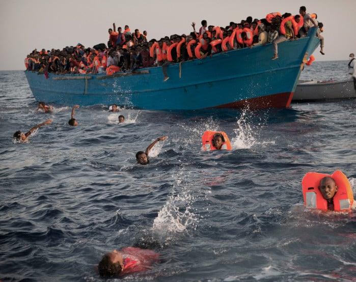 Operações de resgate foram realizadas na segunda-feira (29) no Mediterrâneo (Foto: Emilio Morenatti/AP)