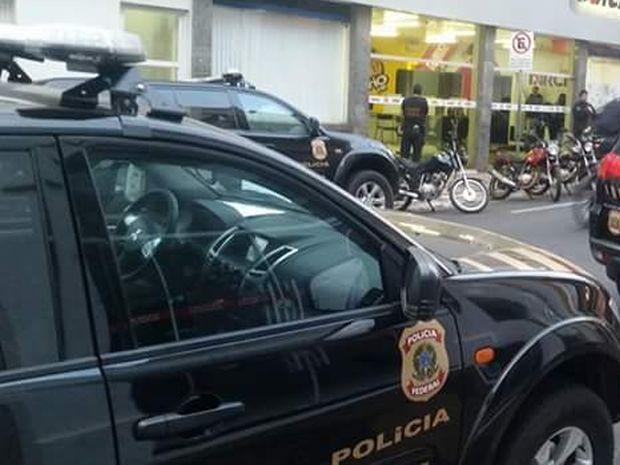 Polícia Federal cumpre mandados de busca e apreensão (Foto: Fábio Conti/ TV Sol/ Divulgação )