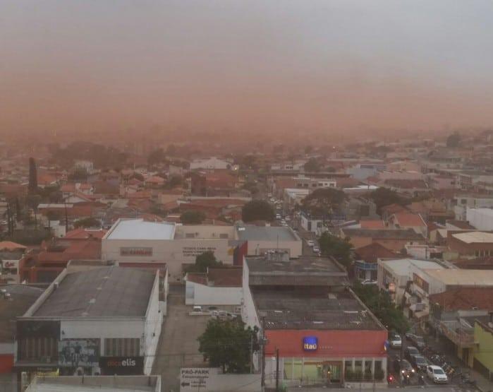 Tespestade de areia se formou no céu em Assis (Foto: Arquivo Pessoal)