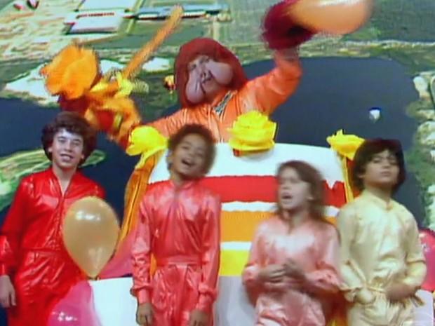 Fofão e crianças do programa Balão Mágico, entre elas a atriz Simony, na década de 1980 (Foto: Reprodução/TV Globo)