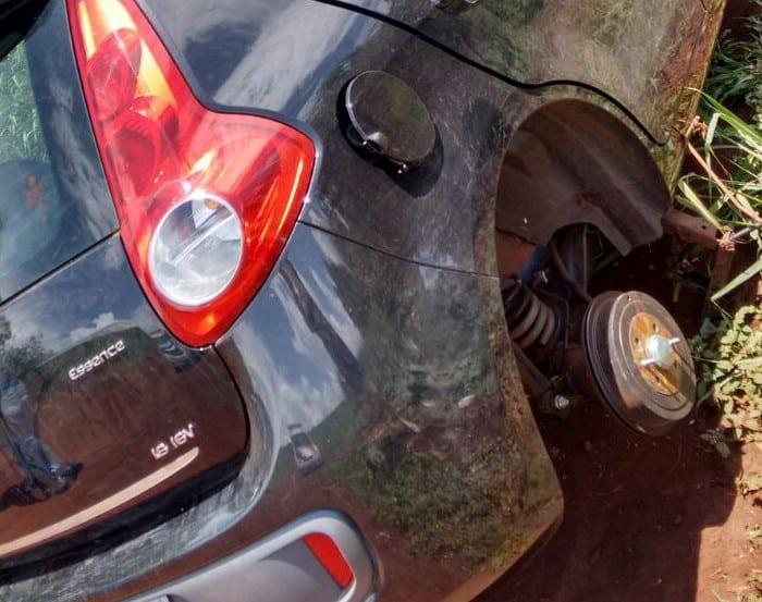 As quatro rodas do veículo foram levadas (Foto: Arquivo Pessoal/Divulgação)