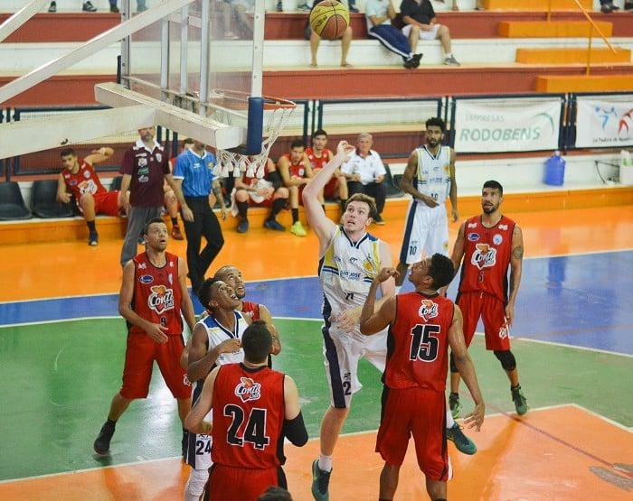 São José e Assis se enfrentaram nesta terça, no ginásio Alberto Cecconi (Foto: Arthur Marega Filho/São José Desportivo)