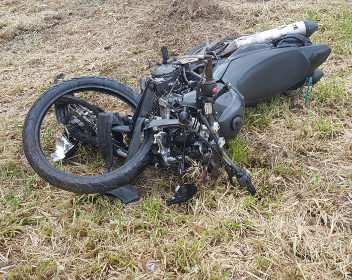 Ocupantes da moto ficaram feridos após a colisão em Assis (Foto: Corpo de Bombeiros/ Divulgação)