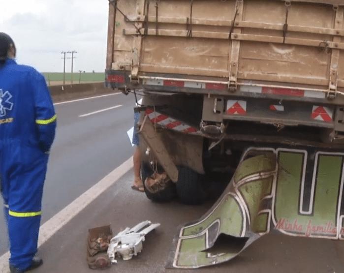 Motorista da carreta não se feriu (Foto: Reprodução/TV TEM)