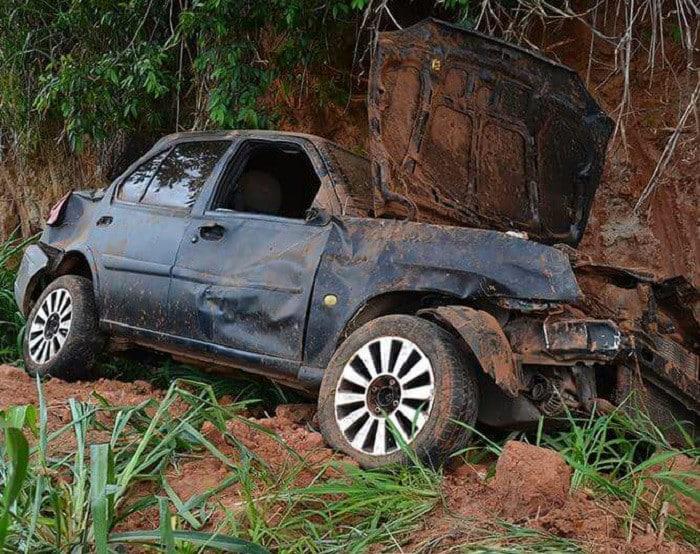 Carro atingiu barranco e capotou (Foto: Diego Pereira/Mais Tupã)
