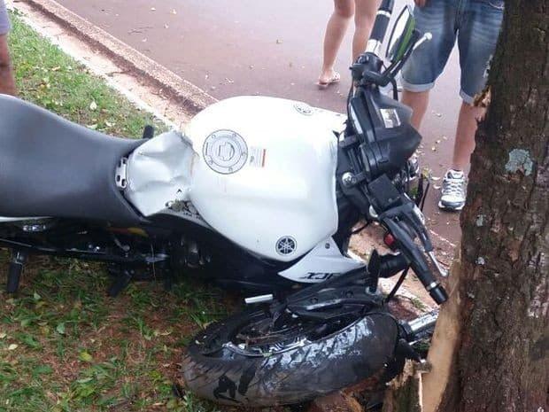Motociclista bateu em árvore (Foto: Grupo Imprensa de Jaú/Divulgação)