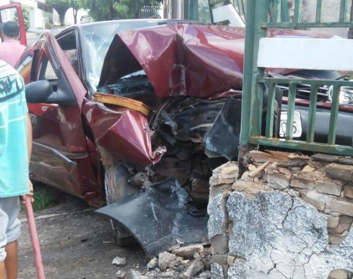 Carro bateu no muro da casa em Marília (Foto: Arquivo pessoal)