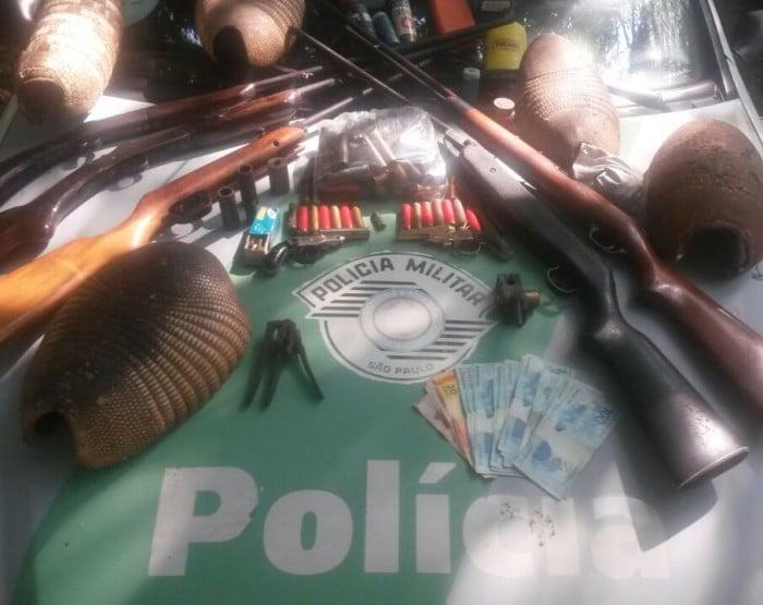 Armas e cascos de tatu foram apreendidos (Foto: Polícia Militar Ambiental/Divulgação)