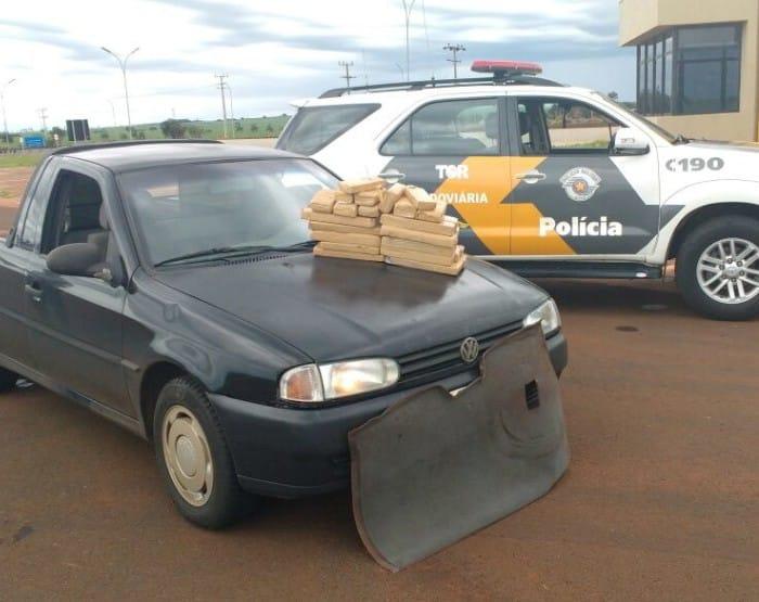 Foram apreendidos 35 tijolos de maconha que somaram 26 quilos (Foto: Polícia Rodoviária / Divulgação)