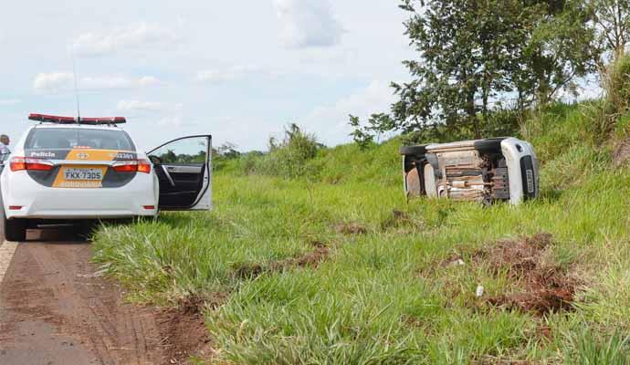 Os três ocupantes do carro ficaram levemente feridos (Foto: Reprodução/i7Notícias)