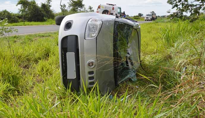 Após o motorista perder o controle da direção, o veículo saiu da pista e capotou (Foto: Reprodução/i7Notícias)