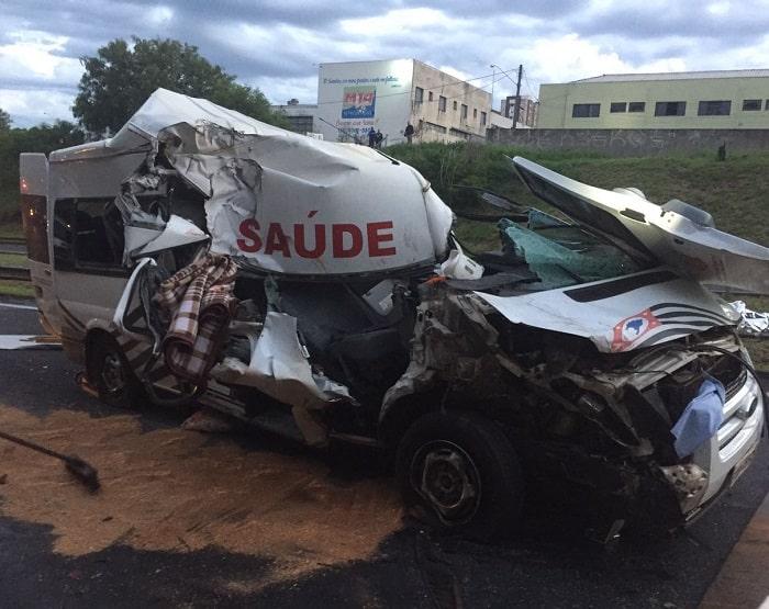 Passageiros de ambulância ficaram feridos em Bauru (Foto: Corpo de Bombeiros/Divulgação)