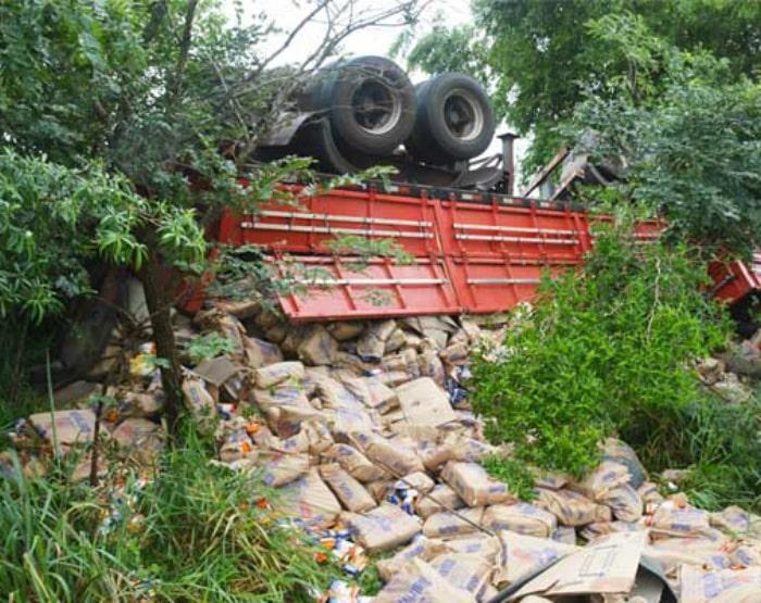Toda a carga de flocos de milho pré-cozinhos ficou espalhada pelo local (Foto: i7 Notícias)