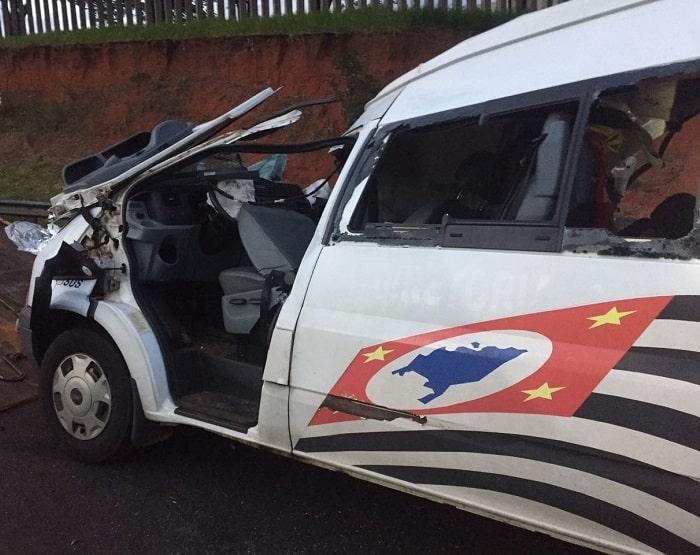 Ambulância bateu em traseira de caminhão (Foto: Corpo de Bombeiros/Divulgação)