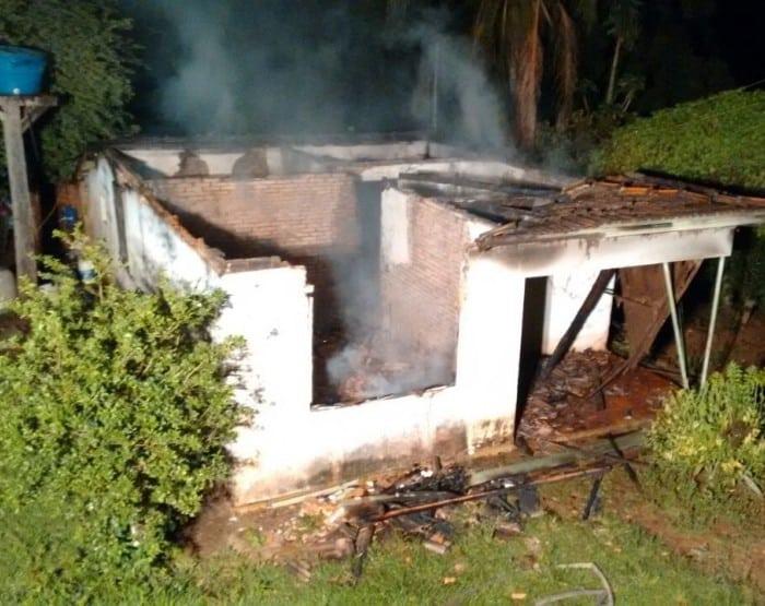 Imóvel ficou destruído após o incêndio (Foto: Corpo de Bombeiros/ Divulgação)