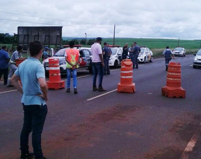 Trabalhadores interditaram os dois sentidos da rodovia em Tarumã (Foto: Arquivo pessoal)
