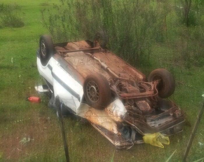 Veículo caiu em uma propriedade rural às margens da via (Foto: Guarda Municipal de Martinópolis/Cedida)