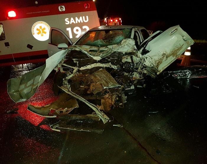 Carros bateram de frente em rodovia de Assis (Foto: Corpo de Bombeiros/Divulgação)