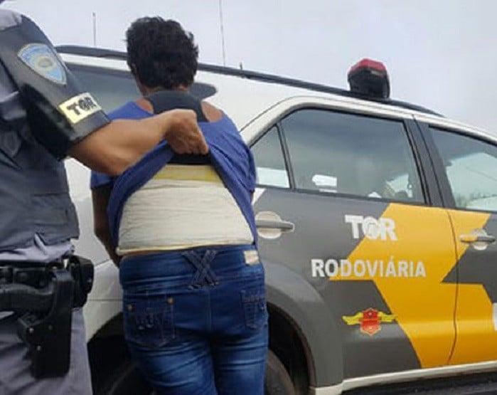 Droga estava encondida na região do abdomen (Foto: Polícia Rodoviária/Divulgação)
