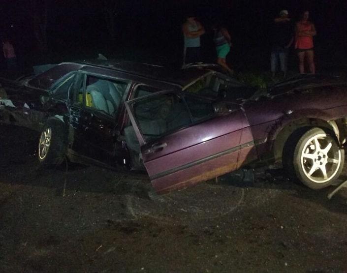 Três carros se envolveram em acidente (Foto: Polícia Rodoviária/Divulgação)