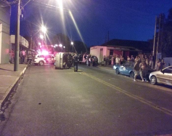 Carro tombou na região central de Tupã (Foto: Arquivo Pessoal)