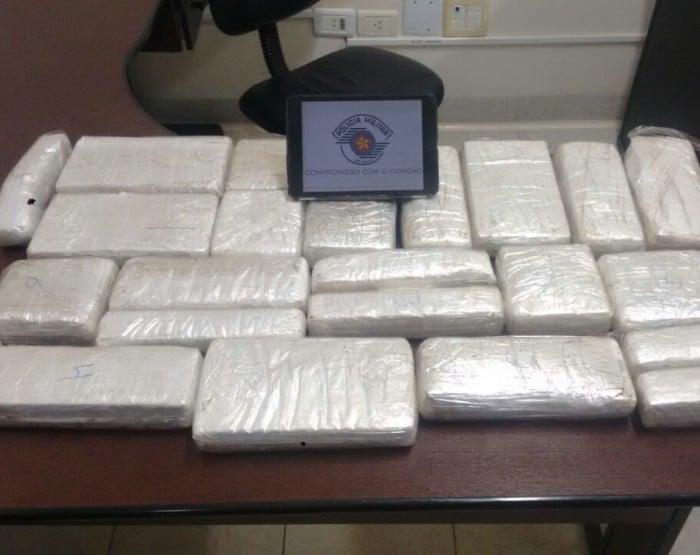 Foram apreendidos 23 tabletes de cocaína (Foto: Polícia Militar/ Divulgação)