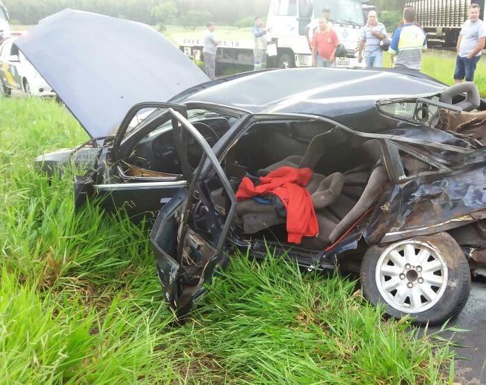 Um dos passageiros do carro ficou preso às ferragens (Foto: Polícia Rodoviária/Divulgação)