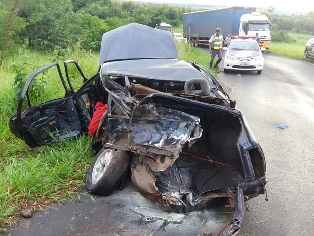 Carro ficou destruído em acidente (Foto: Polícia Rodoviária/Divulgação)