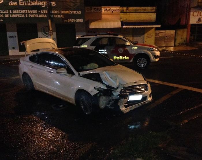 Durante a fuga, crininoso bateu o carro em uma loja (Foto: PM/Divulgação)