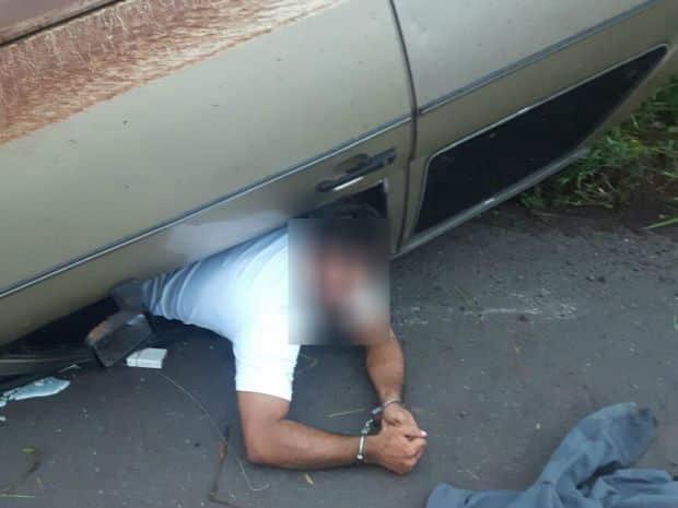 Suspeito preso às ferragens foi algemado (Foto: Polícia Militar/Divulgação)