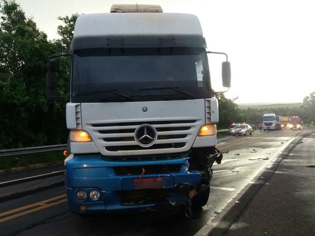 Caminhoneiro não se feriu (Foto: Polícia Rodoviária/Divulgação)