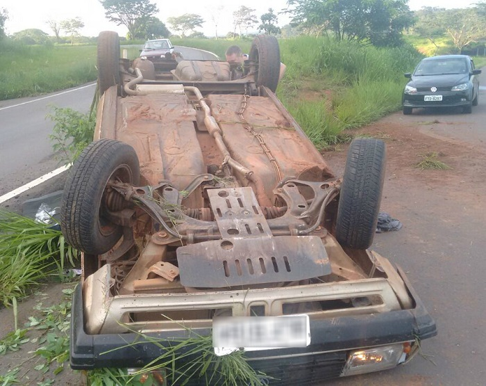 Durante a fuga carro capotou em rodovia (Foto: Polícia Militar/Divulgação)