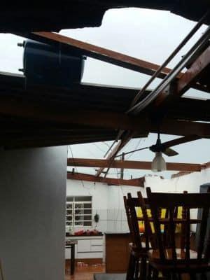 Casa ficou destelhada (Foto: Wesley Ferreira/Arquivo Pessoal)