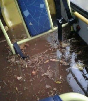 Coletivo ficou alagado com a chuva (Foto: Divulgação/Whatsapp)
